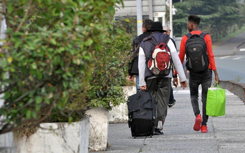 Argazkia: bidasoa.hitza.eus. Bi migratzaile, larunbatean, Santiago zubia zeharkatzen
