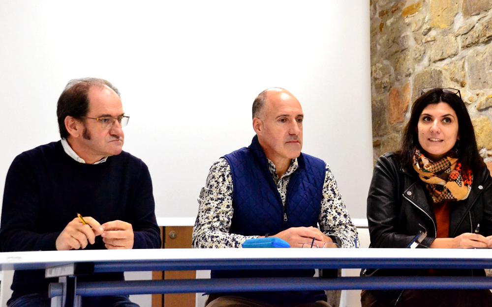 Ezkerretik eskuinera: Kote Guevara liburuzaina, Juan Luis Silanes zinegotzia eta Itziar Sistiaga idazlea.
