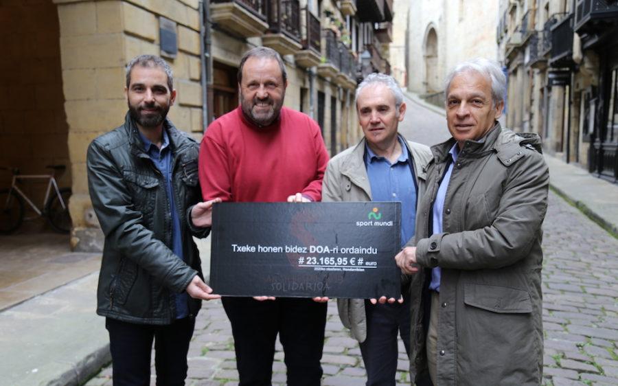 Sport Mundiko ordezkariek San Silbestre solidarioan bildutakoa DOAri emanez.