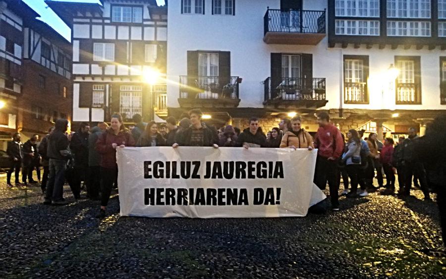 Desalojoaren ondoren gaztetxearen alde elkarretaratu dira herritarrak Gipuzkoa plazan.