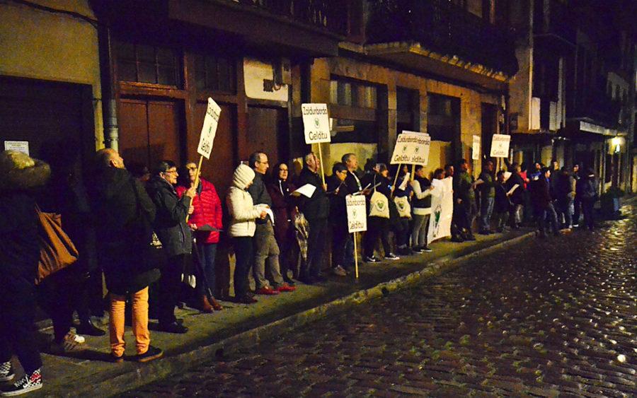 Zaldunborda Gelditu plataforma protestan udaletxearen kanpoaldean.