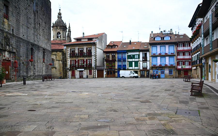 Arma plazaren itxura gaur eguerdian. Hotelak, tabernak, kafetegiak, turismo bulegoa eta dena, oro har, itxita zegoen.