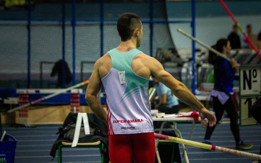 Bidasoa Atletiko Taldeko atleta pertika jauzirako prestatzen [Irudia: BAT].