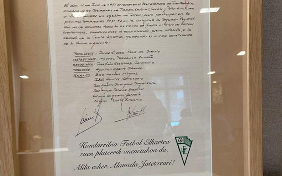 Hondarribia Futbol Elkarteak Alameda jatetxeko Gorka Txapartegiri oparitutako idatzia.