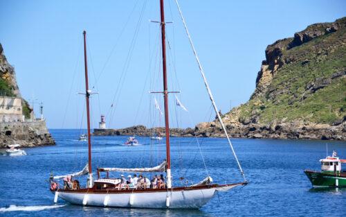 Donostia San Pedro ibilidea egiten duen belaontzi klasikoa.