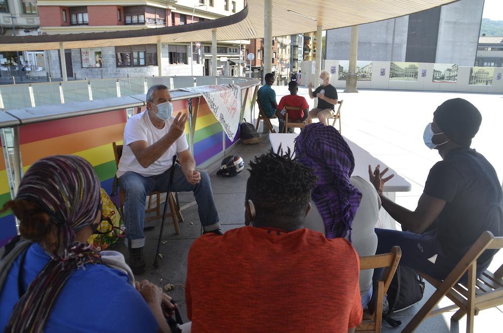 El voluntariado regresó a la recepción de la plaza San Juan en julio. Desde entonces han atendido a más de mil personas migrantes.
