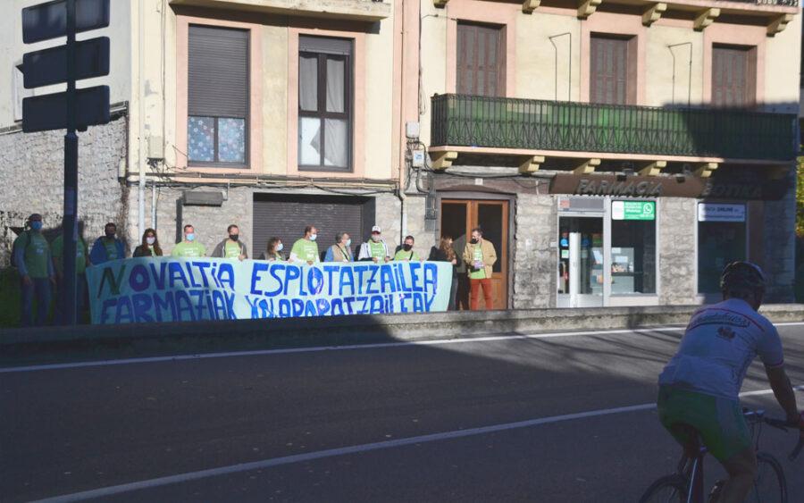 Novaltiako langileek protesta egin dute Hondarribian.
