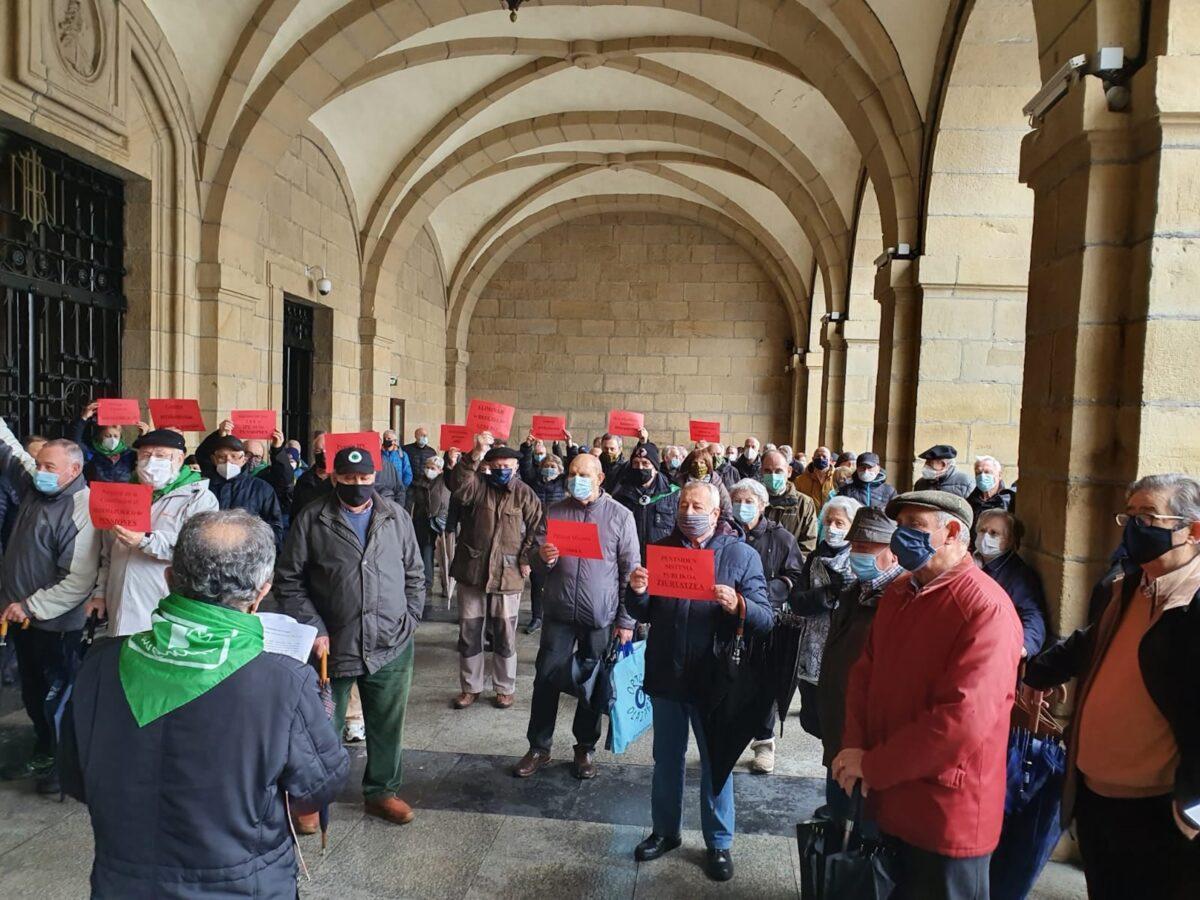 Concentración que ha celebrado el Movimiento de Pensionistas de Txingudi. Foto: movimiento de Pensionistas de Txingudi.