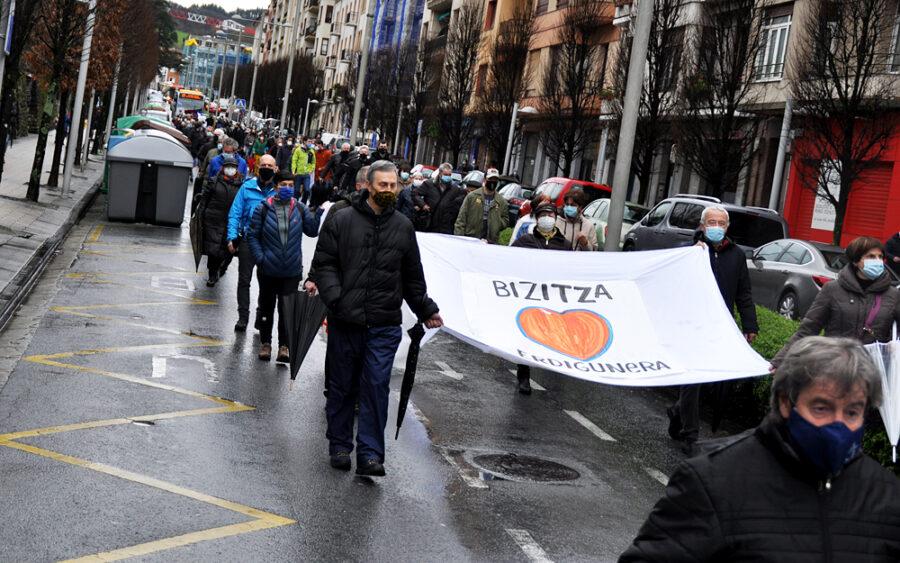 Hamarnaka herritarrek bat egin dute osasun publikoaren aldeko manifestazioan.
