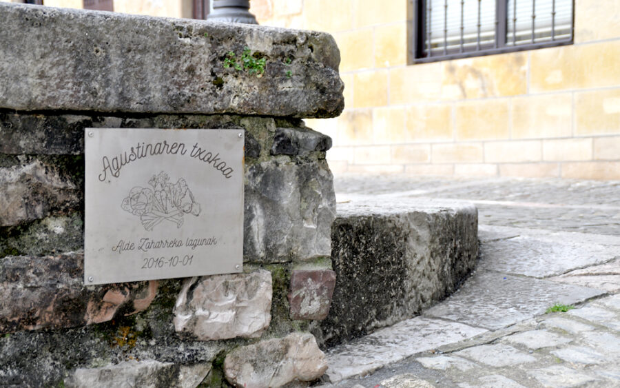 Agustina Genua barazki saltzaileari Hondarribiko Alde Zaharreko lagunek jarritako omenezko plaka.
