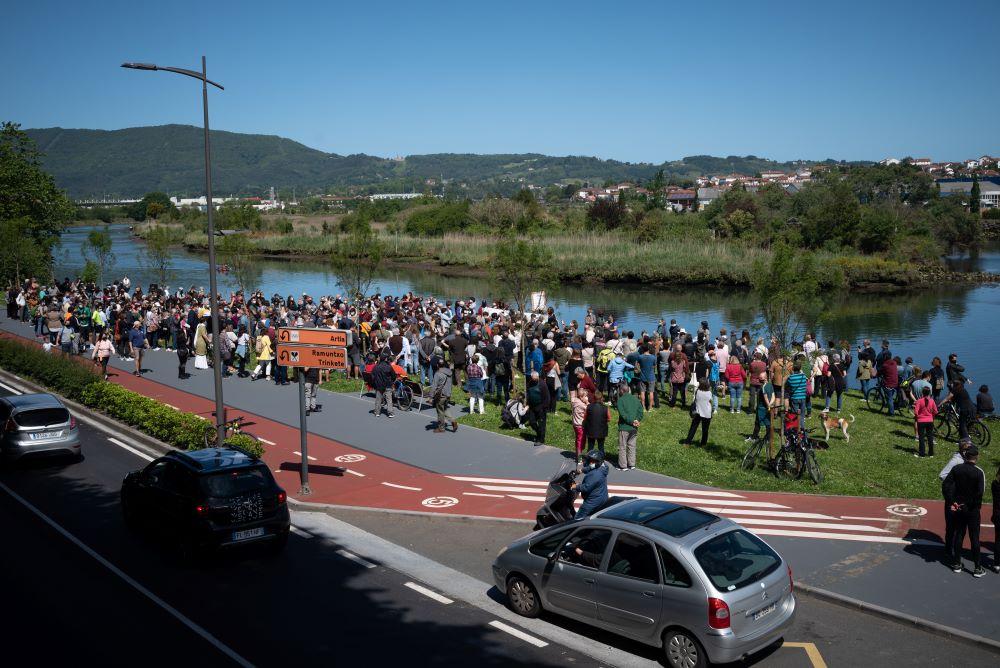 Concentración de la Red de Acogida de Irun en protesta por la muerte el pasado sábado de un migrante de 28 años en Azken Portu. Foto: Gari Garaialde.