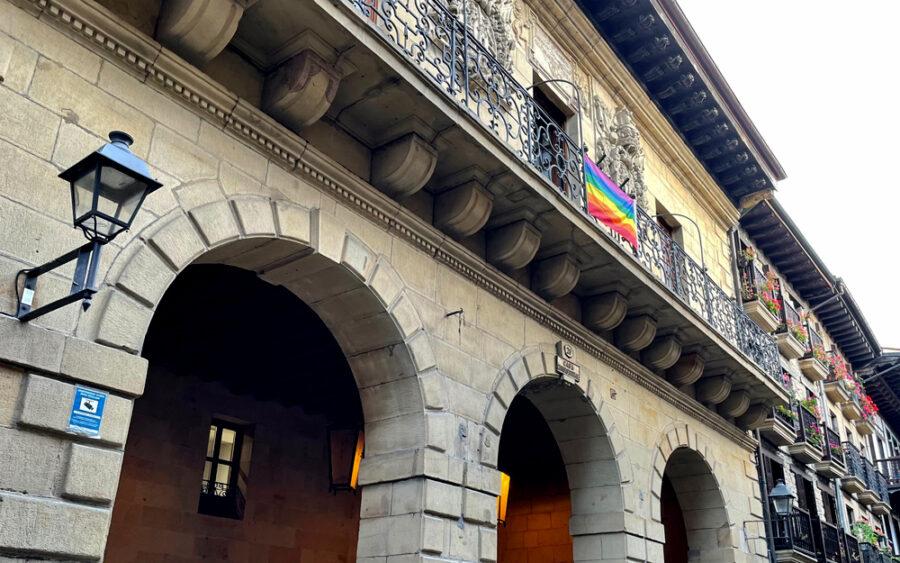 Ortzadar bandera zintzilikatu dute udaletxeko balkoian.